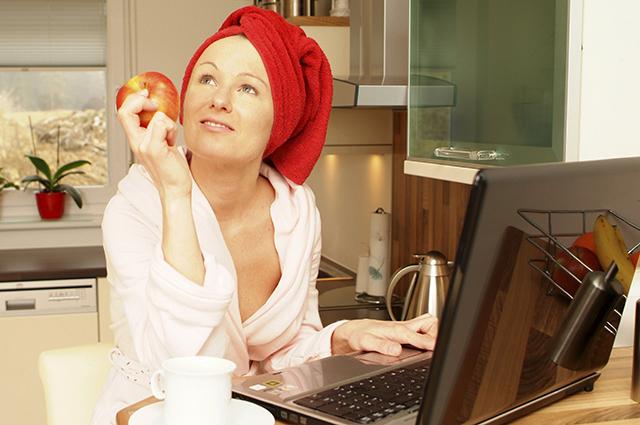 Девушка с ноутбуком на кухне