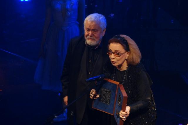 Алла Демидова получает приз за личный вклад в мировой кинематограф.