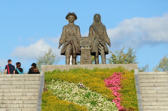 Вид на памятник основателям города Екатеринбурга Василию Татищеву и Вильгельму де Генину на Площади Труда в Екатеринбурге.