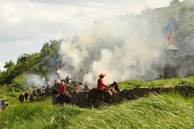 Собравшиеся на берегу реки Калитвы увидели штурм крепости с участием объединённых военно-исторических клубов из разных регионов России.
