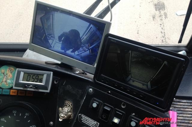 Водитель также может видеть, что происходит в салоне.