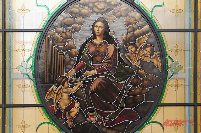 Витраж с изображением святой Цецилии, покровительницы музыки, украшал Консерваторию с 1901 г. В 1941 г.во время бомбёжек был полностью разрушен. Осколки бережно хранили в надежде на реставрацию. Сейчас витраж полностью восстановлен.