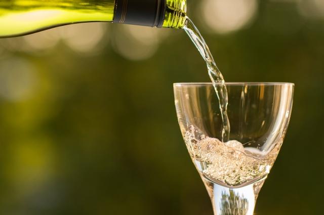 В праздничные дни можно выпить бокал шампанского или красного сухого вина.