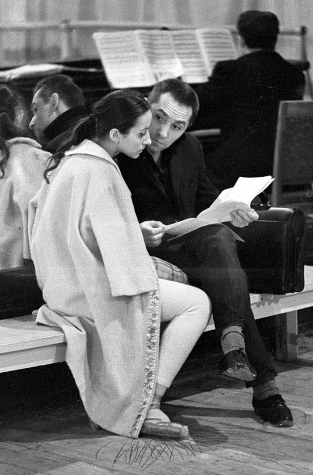 Народная артистка СССР Наталья Бессмертнова и народный артист СССР, главный балетмейстер ГАБТ СССР Юрий Григорович на репетиции. 1979 год.