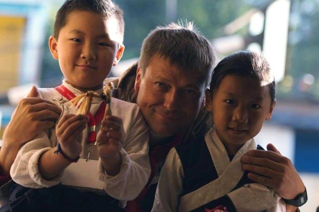 Станислав Белоглазов и игрушки соединили уральских детей с ребятишками из разных стран.