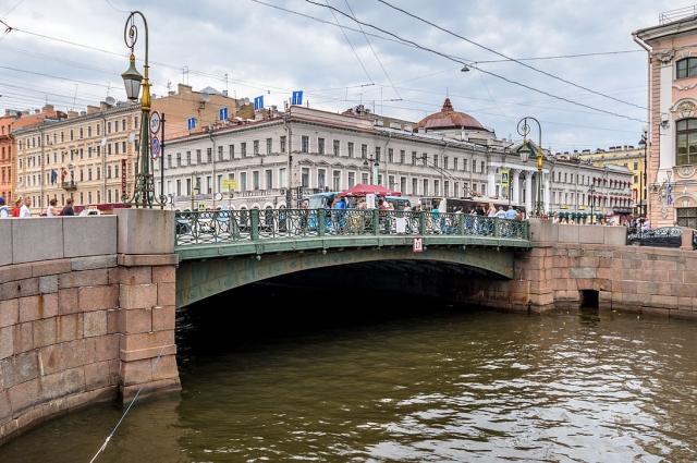 Через мост проходит Невский проспект — главная магистраль Санкт-Петербурга.