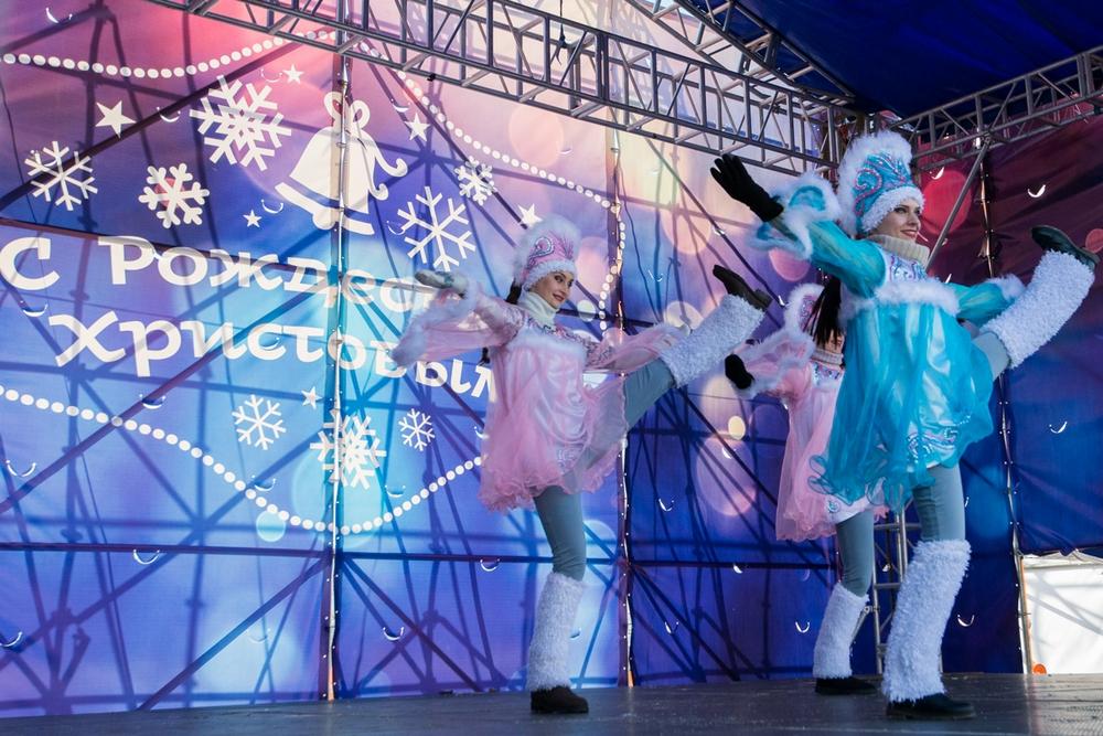 На сцене главной площади Приморья в пляс ударились снегурочки.