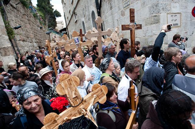Паломники на Виа Долороза в Иерусалиме.