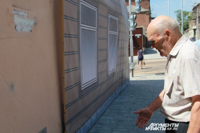 Александр Галямин считает, что с баннером его дом выглядит красивее.