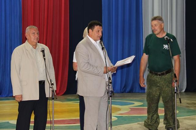 Игорь Ляхов поздравляет поисковиков.
