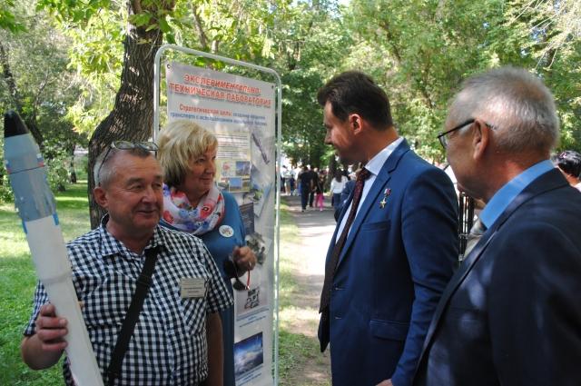 Летчик-космонавт Роман Романенко живо интересовался представленными экспонатами.