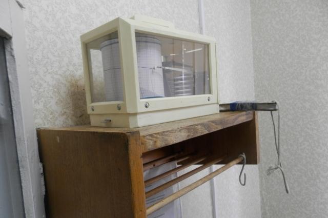 Барограф помещен в стеклянный шкаф.