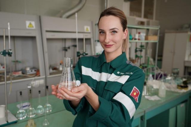 На фото Анастасия Туболевич, инженер лаборатории комплексного анализа отдела технического контроля филиала Азот.