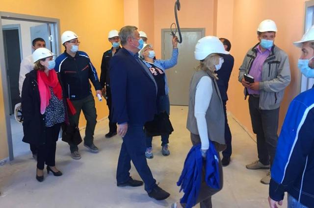 Перед началом совещания члены управляющего комитета осмотрели корпуса медицинского комплекса