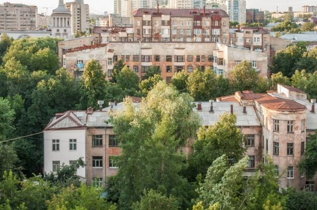 Вид на здание Городка Чекистов из гостиницы «Исеть» в наши дни.