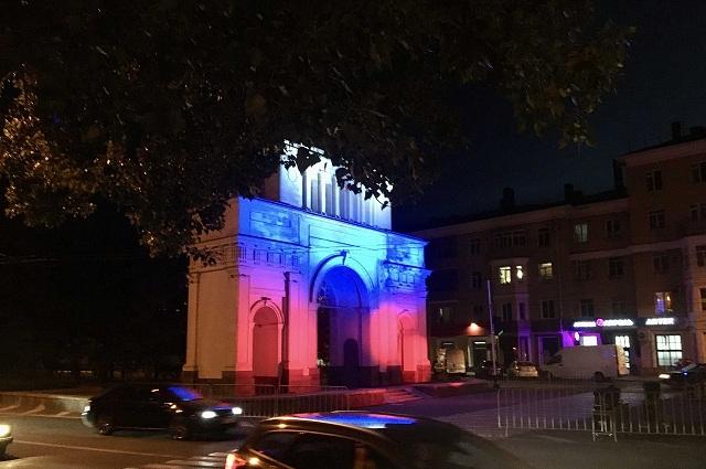По праздникам триумфальную арку подсвечивают триколором.