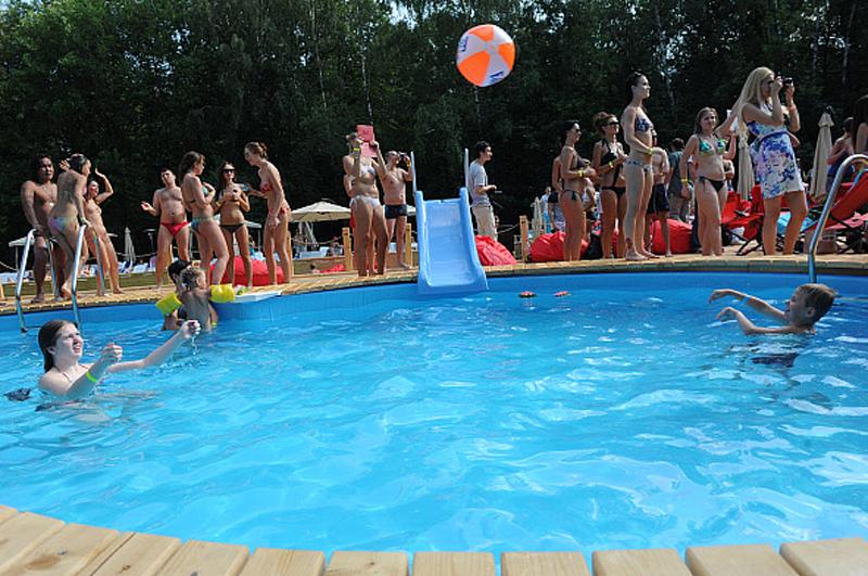 Посетители в новой зоне отдыха с двумя бассейнами пляжного комплекса The БАSSЕЙН в парке Сокольники . 2012 год
