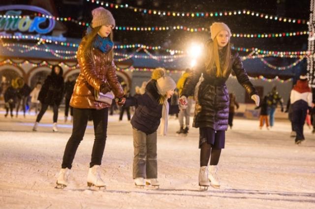 Каток с настоящим льдом будет готов принять посетителей как со своими коньками, так и тех, кто возьмет их здесь е в прокате.