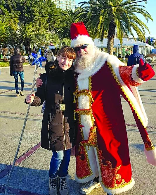 Николай Коновальчук в костюме Деда Мороза с удовольствием фотографируется с жителями и гостями курорта.