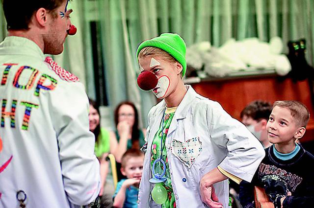 Алёна - доктор Ёлка - до падения работала доктором-клоуном в детской больнице. Недавно она туда вернулась