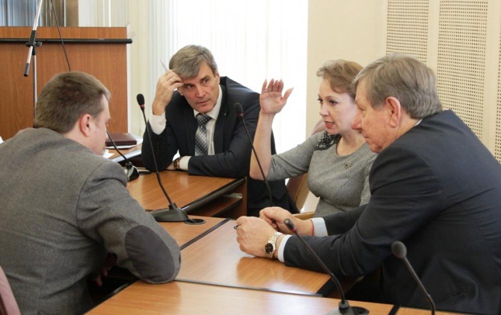 Топ–менеджеры Русской медной компании долго общались с представителями общественности и после завершения круглого стола.
