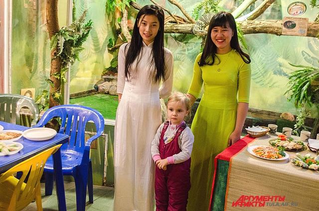 Вьетнамские девушки с удовольствием позировали для фотографий.