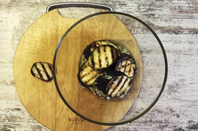 Закуска из кабачков и баклажанов с чесночной заправкой на гриле