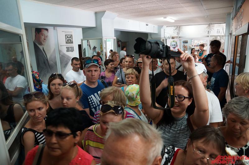 Более 70 человек пришли в надежде вернуть свои деньги в этот день.
