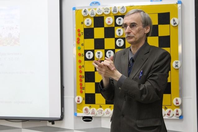 Игорь Сухин - кандидат педагогических наук, почётный работник общего образования Российской Федерации, автор курса «Шахматы - школе»