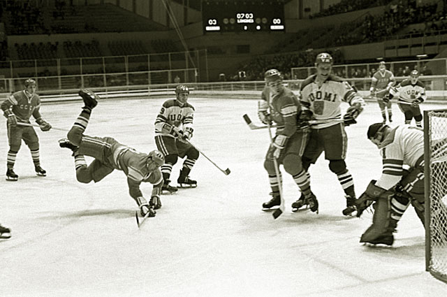 Матч между хоккейными командами СССР и Финляндии на X зимней Олимпиаде в Гренобле. В атаке Анатолий Фирсов, 1968 год