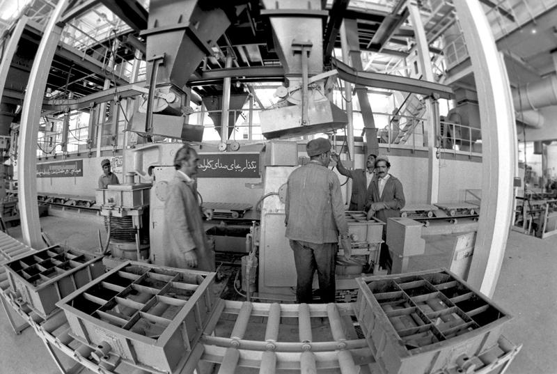 В новом досрочно сданном литейном цехе, построенном при содействии СССР, на авторемонтном заводе «Джангалак».