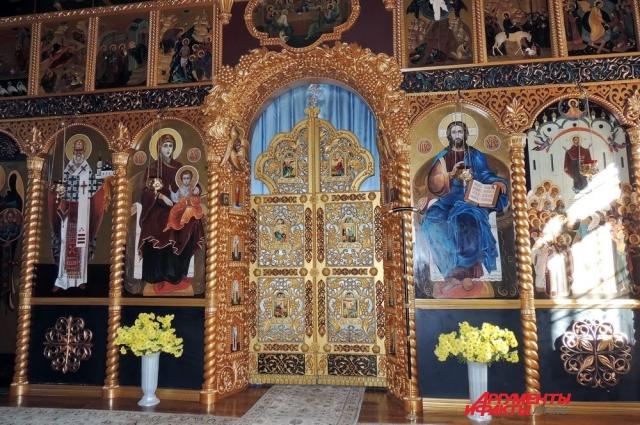 Монахини специально учились резьбе по дереву в художественной школе, чтобы сделать иконостас для Покровского храма монастыря.