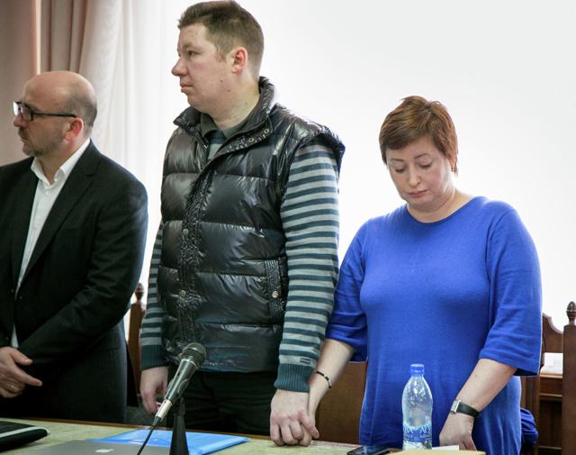Бизнесмен Алексей Козлов (в центре), осужденный ранее на пять лет за махинации с акциями, его адвокат адвокат Козлова Алхас Абгаджава (слева), жена Ольга Романова (справа) в Ивановском областном суде.
