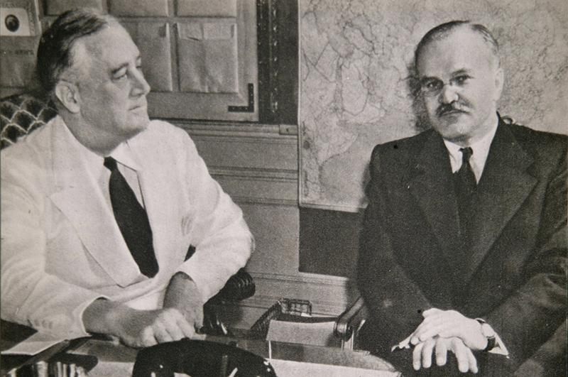 Май 1942 г. Франклин Рузвельт (слева) и Вячеслав Молотов в Белом Доме во время визита Молотова в Вашингтон