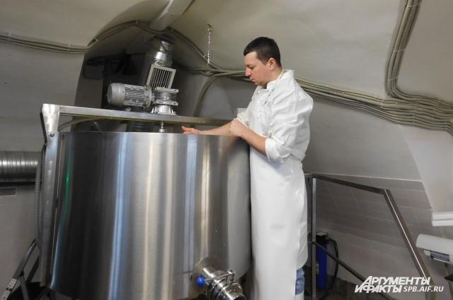 В среднем на изготовление одной партии сыра уходит около 10 часов.