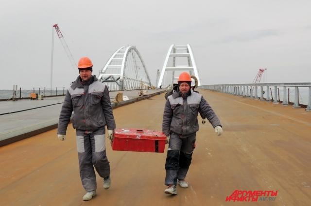 Строители на фоне судоходных арок.