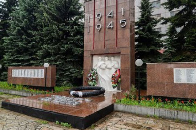 Памятник участникам ВОВ на территории завода «Серп и Молот»