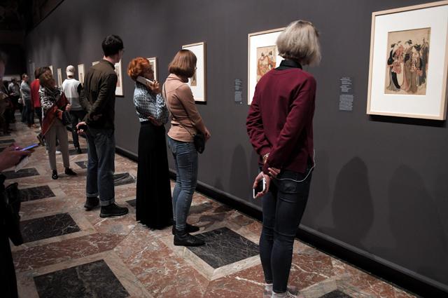 Посетители на выставке «Шедевры живописи и гравюры эпохи Эдо» в Государственном музее изобразительных искусств имени А. С. Пушкина.
