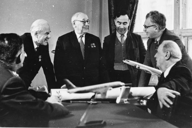А.Н. Туполев и его коллеги (рабочее совещание).