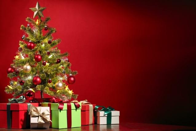 Большие коробки, имитирующие подарки, могут стать надежной защитой елки от детей.