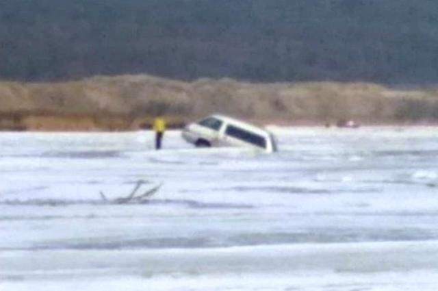 Автомобиль провалился в лёд