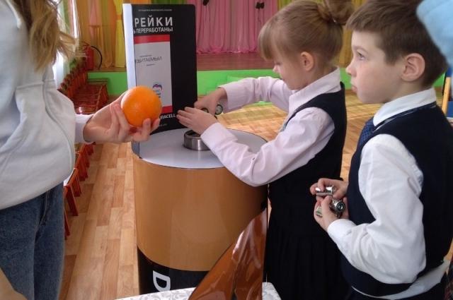 Ребята обменивали батарейки на апельсинки.