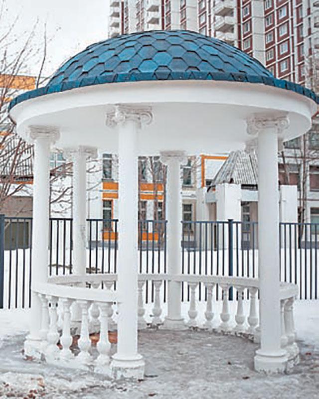 Белоснежная ротонда  находится в самом центре сквера.