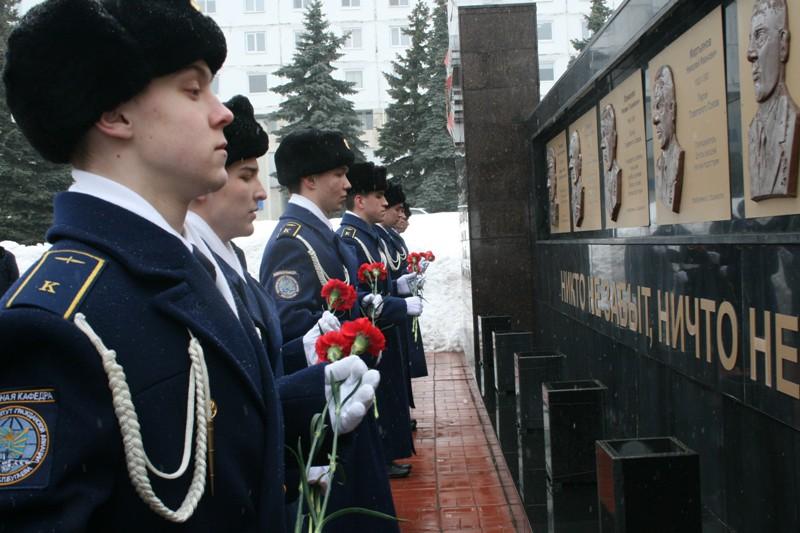 Курсанты института гражданской авиации возлагают цветы к памятнику Героям-лётчикам.