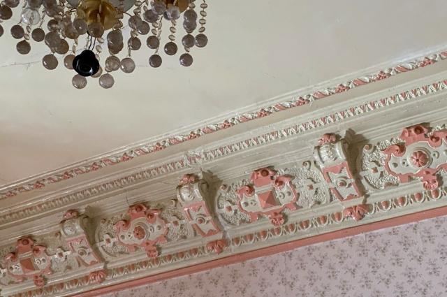 Лепные фризы на потолке.