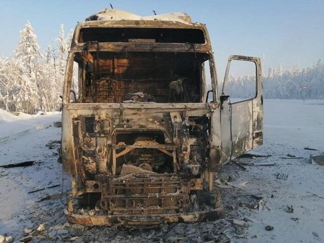 Сгоревший большегруз и товар оценили в 10 млн рублей.