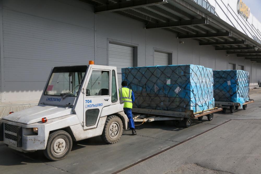 27 тонн гуманитарного груза доставил в Екатеринбург первый борт из Китая.