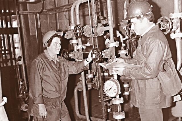 Николай Воинов (справа) много лет проработал на заводе