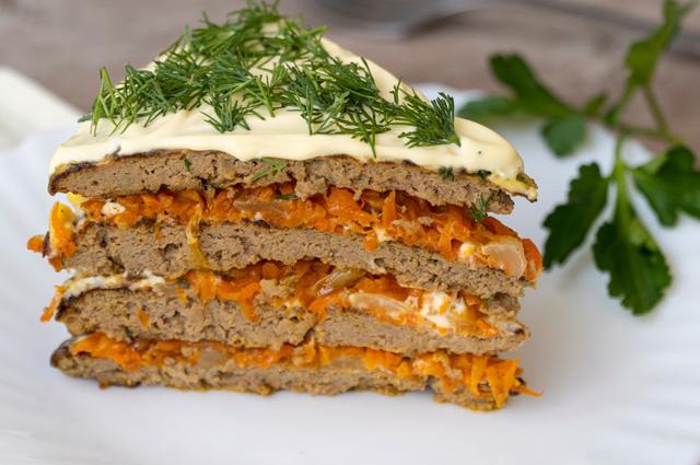 Печеночный торт с плавленым сыром и корейской морковью