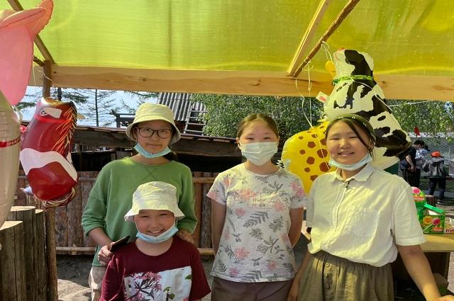 Весь персонал мини-зоопарка: дети.